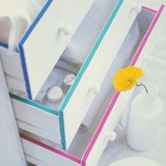 La bonne idée du jour pour personnaliser une commode blanche : décorer la tranche des tiroirs avec du masking tape de couleur #DIY #washitape #meuble