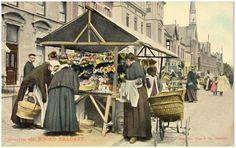 Helmond, Binnenstad, weekmarkt : kraam met bezoekers in klederdracht, ernaast een kinderwagen. Nuss, Josephus Maria Hubertus (uitgever) - 1905