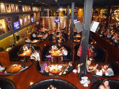 Rock & Fellers es un moderno restaurante rosarino de estilo americano, con pantallas led con videos y, lo mejor de todo, música siempre sonando (especialmente rock internacional).