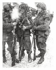 Bastogne, 1945. Paracaidistas del I Batallón Paracaidista canadiense. El primero lleva la primera versión del casco de paracaidistas, los otros dos el Mk I con correajes de cuero. Tercera versión del blusón Denison con mangas abotonadas. El segundo y el tercer soldado llevan pantalones de paracaidista que se distingue por el bolsillo más grande y cuadrado y botones de presilla. Estos dos llevan botas estadounidenses de paracaidista Corcoran. Fusiles Lee-Enfield .303in. No 4 Mk I