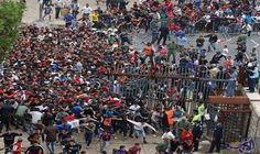 فوضى عارمة أمام ملعب محمد الخامس بسبب…: يسود ملعب محمد الخامس، فوضى عارمة، بسبب عدم طرح تذاكر المباراة التي تجمع فريق الرجاء البيضاوي لكرة…