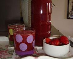 Potrebno je:      2 kg jagoda  500 g šećera  4 limuna - sok  1 l vode      Priprema   Jagode izmiksati štapnim blenderom. Vodu i šećer zaj...