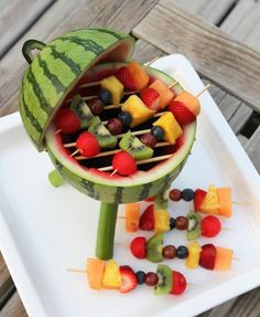 Watermelon grill with fruit kabobs - Tutorial . Watermelon grill with fruit kabobs - Tutorial . Watermelon grill with fruit kabobs - Tutorial . Snacks Für Party, Bbq Party, Parties Food, Grill Party, Watermelon Centerpiece, Fruit Recipes, Cooking Recipes, Detox Recipes, Comida Diy