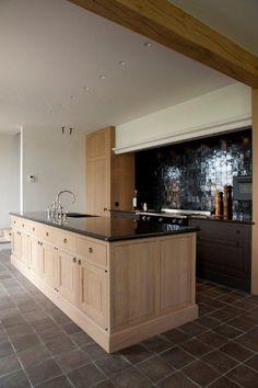 Het Atelier - Interieur (Hooglede, West-Vlaanderen) - return hood like this ? My Kitchen Rules, Kitchen Time, New Kitchen, Kitchen Dining, Kitchen Decor, Black Kitchens, Home Kitchens, Bathroom Interior, Kitchen Interior