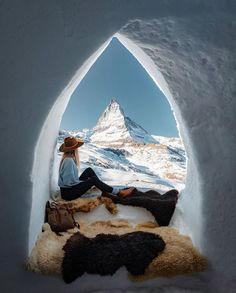 "Gefällt 1,236 Mal, 26 Kommentare - TRAVELCOMMUNITY (@travelcommunity) auf Instagram: ""🇨🇭 Igloo❄️ view on the Matterhorn 🗻 TAG YOUR TRAVEL BUDDY❤️…"" Road Trip, Wander Woman, Wanderlust, Harry Potter Mugs, Things To Do Alone, Travelling Tips, Gothic Architecture, Africa Travel, European Travel"