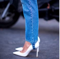 Stirrup pants are showing up in street style. Jimmy Choo, Stirrup Pants, All Jeans, Denim Ideas, Cute Skirts, Blue Pants, Vintage Denim, Vintage Fashion, Pointed Toe Pumps