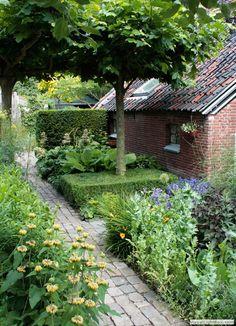 Old farm garden in Utrecht Houten Holland. Designed by landscape architect Erik Funneman. Farm Gardens, Small Gardens, Outdoor Gardens, Amazing Gardens, Beautiful Gardens, Garden Cottage, Home And Garden, Landscape Design, Garden Design