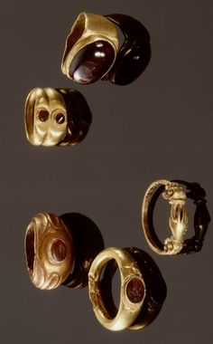 Five gold rings with garnets and/or carnelian. Roman Imperial period, ca. Love the hands ring Roman Jewelry, Jewelry Art, Gold Jewelry, Jewelry Design, Antique Rings, Antique Gold, Antique Jewelry, Vintage Jewelry, Five Gold Rings