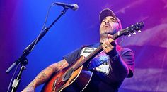 Aaron Lewis Honors Fallen Heroes With Noteworthy New Song 'Folded Flag'