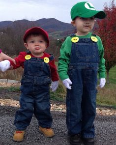 DIY Super Mario & Luigi Halloween Couple Costume Idea 1 Halloween Costumes For Brothers, Mario Halloween Costumes, Mario Brothers Costumes, Boy Costumes, Halloween Kids, Super Mario Costumes, Baby Mario Costume, Mario And Luigi Costume, Mario E Luigi