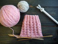 Tästä jutusta löydät erilaisia ohjeita, joilla voit muunnella tavallista joustinneuletta suljettuna neuleena. Joustimet sopivat esimerkiksi villasukan varteen. Kaikki neule-esimerkit on neulottu samalla langalla ja samoilla puikoilla, jotta niitä on helppo vertailla keskenään. Baby Knitting Patterns, Lace Knitting, Knitting Socks, Knitting Stitches, Knit Crochet, Wool Socks, Knitting Projects, Free Pattern, Diy And Crafts