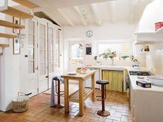 Reformada para lograr una distribución actual, esta casa aún mantiene la esencia del estilo rústico. Ahora, con muebles de ayer, estampados en chintz y detalles con encanto, sus interiores adquieren...