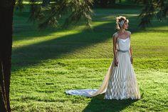 Vestido de saten plizado. Foto: Ale Prieto