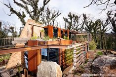 Rusting steel (Corten) helps the home sit comfortably in its environment Grand Designs New Zealand, Grand Designs Uk, Grand Designs Houses, Grand Designs Australia, Louvre Windows, Victoria Building, Australian Homes, Australian Bush, Sustainable Architecture