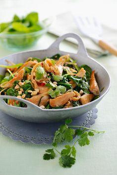 Spinat-Hühnchen-Pfanne mit Koriander und Nüssen -| http://eatsmarter.de/rezepte/spinat-huehnchen-pfanne-mit-koriander-und-nuessen
