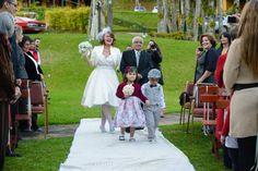Nossa colunista convidada Estela Rosa conta sobre seu vestido de noiva perfeito. Clique aqui e confira todos os detalhes!