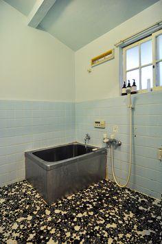 トイレと同じトーンに塗装した風呂場。昔ながらのタイルが味を出している。 Floor Design, House Design, Washroom, Interior Styling, Interior Architecture, Diy And Crafts, Sink, Bathtub, Flooring