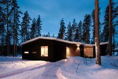 La villa se situe à Hirvensalmi, en Finlande, elle a été conçue pour une famille de quatre personnes vivant actuellement à l'étranger. Le site, entre falai