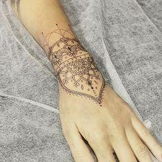 #tattoo #tatuagem #ink #mehndi #mandala #tattooart #tatuagens #mandalatattoo #tatuaje #tatouage #tatuaggio #flower #binghatattoo #astattooistas #finelines #inspirationtattoo #tattrx #equilattera #tattooartist #tatuagemfeminina #inkstagram #inkspiration