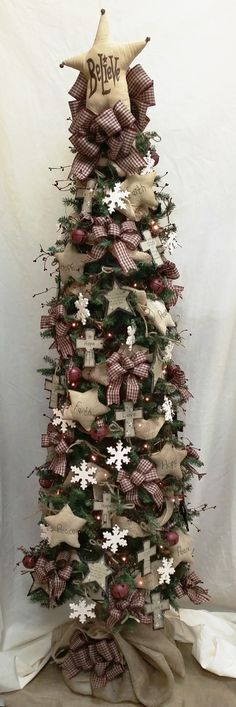 Get into the Christmas season with our unique Primitive Star Christmas Tree! Love the country look? This tree is perfect for you! #christmastrees