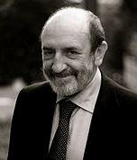 """Umberto Galimberti è filosofo, psicoanalista e docente universitario. Nato a Monza il 3 maggio 1942. I suoi studi hanno seguito percorsi complessi caratterizzati da una grande attenzione all'insegnamento junghiano. Al centro dei suoi interessi è l'uomo, che egli vede immerso in un mondo dominato dalla tecnica in cui si sente un """"mezzo"""" nell'""""universo dei mezzi"""", senza poter trovare un senso al suo esistere."""