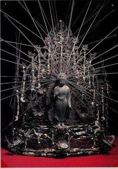 【奈良・東大寺/不空羂索観音立像(747年)】法華堂本尊。乾漆造。不空羂索観音像としては現存最古。厳格で男性的。頭上の宝冠は銀製の化仏を配し、数多くの宝石や透かし彫りで飾る舟形の豪華なもの。民衆を救うための羂索を左手に持つ。