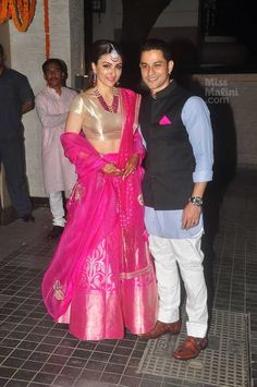 It was a Bollywood affair all the way. Soha Ali Khan got married to her longtime boyfriend Kunal Khemu at a private ceremony. And after that they threw a lavish reception which was attended by many… Soha Ali Khan, Golden Blouse, Head Stand, Stylish Couple, Newlyweds, Indian Fashion, Lehenga, Wedding Reception, Bollywood
