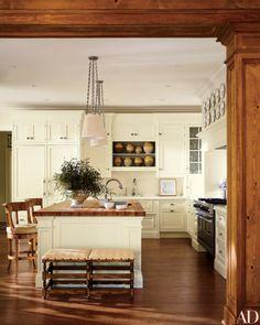 cozinha-classica-com-pendentes-brancos-e-correntes-architectural-digest-eric-piasecki