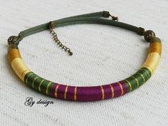 Violeta verde declaración collar hecho a mano colorido por Gydesi
