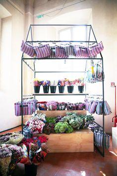 Marni's Flower Market Flora Botanica, Showroom Ideas, Dream Pop, Flower Bag, Lovely Shop, Flower Market, Garden Spaces, Exhibitions, Marni