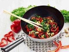 Kaalivokki on helppo, edullinen ja terveellinen vaihtoehto. Lehtikaalivokki saa makua mm. chilistä, pähkinöistä ja rusinoista. Mausta vokki soijalla ja hunajalla.