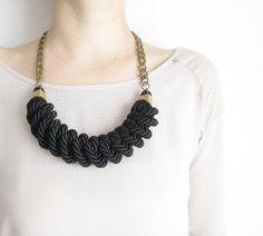 He encontrado este interesante anuncio de Etsy en https://www.etsy.com/es/listing/164433222/black-rope-necklace-knot-necklace