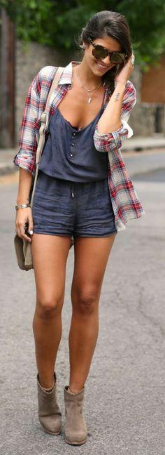 le combi-short en lin bleu, bine combiné avec une chemise aux carreaux
