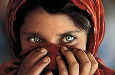 Afghaans meisje met sjaal voor haar gezicht Bron Steve McCurry