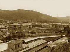 """Poços de Caldas na década de 1930. O Parque ainda pouco arborizado destacava os Palace Casino e Hotel. Em primeiro plano, a Estação Mogyana, ainda com o """"Depósito de Locomotivas"""" -a cobertura que aparece junto à Plataforma."""