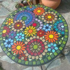 Mesas de hierro, decoradas con venecitas para jardín. Altura 70 cm. y diametro de 50 cm. Se hacen tambien a pedido con las medidas y formas a elecció...