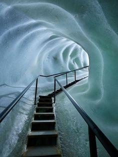 01 - Consulting Brics - Caverna-Escada em túnel de Eisriesenwelt, a maior caverna de gelo do mundo. (Fonte: Pinterest) Com aproximadamente 42 quilômetros de extensão, a caverna de gelo localizada em Werfen, na Áustria, foi descoberta em 1879