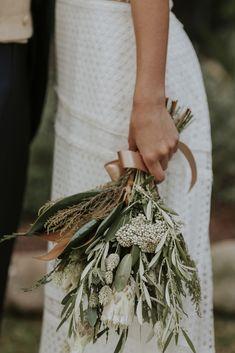 Un vestido de novia boho y un ramo silvestre para una boda de lo más hípster. Encuentra la inspiración de tu boda al detalle. Small Bridesmaid Bouquets, Bride Bouquets, Greenery Bouquets, Small Bouquet, Boho Wedding Bouquet, Hipster Wedding, Winter Bouquet, Bridal Flowers, Marie