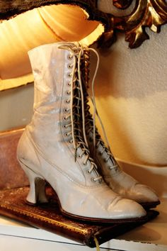 Victorian Lace Up Boots, look at those perfect coffin heels Victorian Shoes, Victorian Lace, Victorian Steampunk, Victorian Fashion, Vintage Fashion, Old Boots, Lace Up Boots, Shoe Boots, Antique Clothing