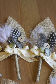 DIY burlap wedding boutonniere BUT with flowers instead of feathers and buttons. Burlap Projects, Burlap Crafts, Diy Crafts, Decoration Crafts, Design Crafts, Decorations, Burlap Boutonniere, Boutonnieres, Wedding Boutonniere