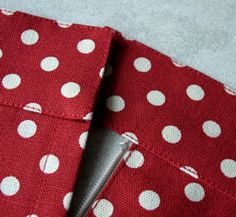 Срезы горловины и пройм можно чисто вытачать обтачкой или косой бейкой. Обтачки всегда кроятся из ткани с таким же направлением долевой нити, что и детали, которые надо обработать обтачкой. Исключение составляют ткани, расшитые пайетками, для обработки которых применяется подкладочная ткань. Обтачки выкроите с припусками по периметру. Чтобы срезы не растягивались, детали обтачки укрепите флизелином, приутюжив [...]