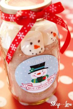 This Snowman Hot Chocolate Gift will make someone on your list smile. For even more simple gifts check out these Cute Sayings for Christmas Gifts. If you still need more ideas these last minute gifts will be a hit with a fri Hot Chocolate In A Jar, Hot Chocolate Gifts, Chocolate Chocolate, Chocolate Recipes, Diy Holiday Gifts, Holiday Crafts, Christmas Crafts, Christmas Ideas, Christmas Foods