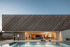 Contemporary architecture and Lunawood Thermowood with a Grayed Facade, challenging the boundaries of geometrical spaces in Portugal by REM'A arquitectos. Architecture Restaurant, Interior Architecture, Amazing Architecture, Modern Exterior, Interior Exterior, Agi Architects, Bar Restaurant, Boundary Walls, Villa