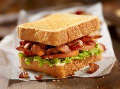 Toevoegen aan mijn receptenDeze club sandwich is anders dan normale club sandwiches. Met de zelfgemaakte bonenspread, radijs, tomaat, ei en bacon is het een heerlijk broodje dat ideaal is voor een lekkere lunch.
