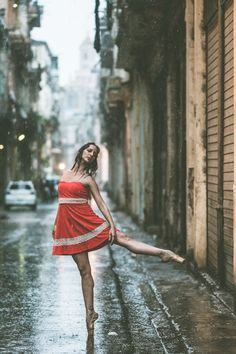 Ballet Dancers Practicing On The Streets Of Cuba By Photographer Omar Robles Ballet Photography, Photography Poses, Fashion Photography, Photography Series, Stunning Photography, Street Dance, Street Ballet, City Ballet, Dance Photos