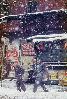 Saul Leiter Postmen, 1952 © Saul Leiter Courtesy: Saul Leiter, Howard Greenberg Gallery, New York. Aus der Ausstellung SAUL LEITER - RETROSPEKTIVE im Haus der Photographie in den Deichtorhallen, 3.2.2012 - 15.4.2012.