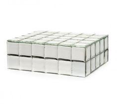Caixa forrada com espelho cristal resinado quadriculado Loreal → O interior da embalagem é forrada com papel veludo preto, personalizada com hot stamping. Corpo da da caixa em mdf com berço. Caixa destinada a brinde corporativo.    Cliente: Loreal.