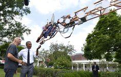 La foto del día: Barack Obama... ¡saluda a una jirafa robot!
