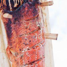Mökkiläisen loimulohi // Blazing Salmon Food & Style Helena Saine-Laitinen Photo Johanna Myllymäki Maku 6/2011, www.maku.fi