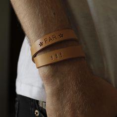 Et armbånd med to tryk. Her er familien symboliseret med tændstiksmænd 👦👩👨